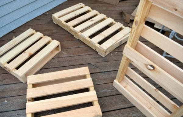 build-a-bench-from-pallets-by-one-artsy-mama-featured-on-remodelaholic