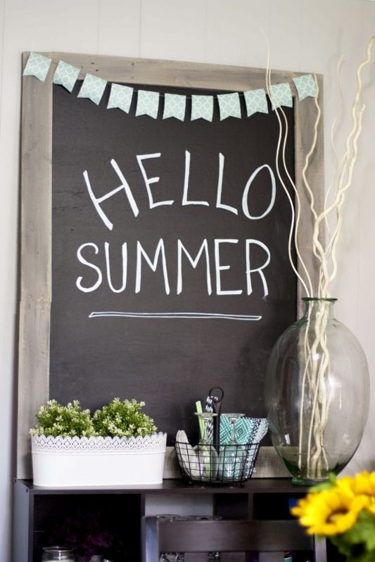 Pallet chalkboard and 16 clever organization pallet hacks featured on remodelaholic.com