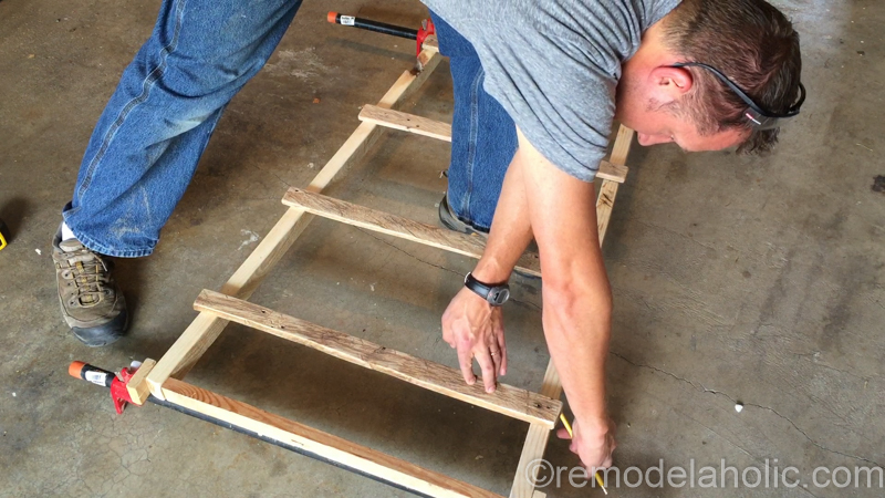 rustic-pallet-wood-blanket-ladder-15