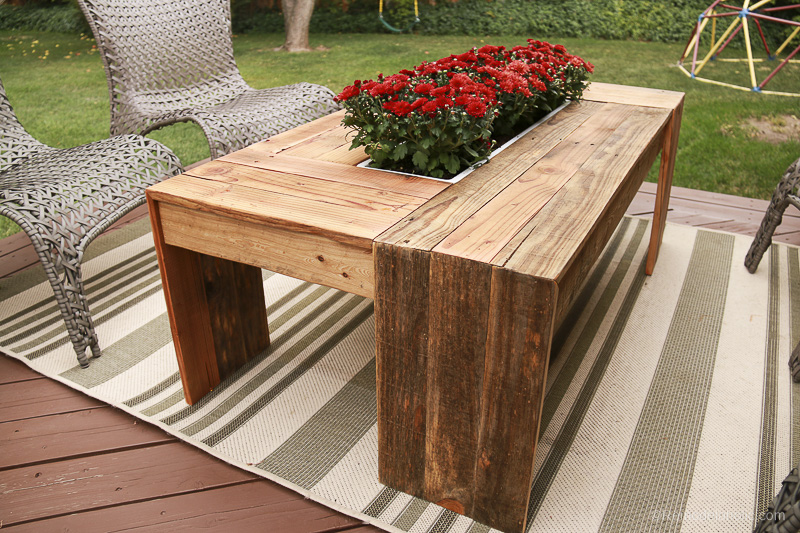 Remodelaholic rustic pallet wood coffee table with drink cooler - Table exterieur palette ...