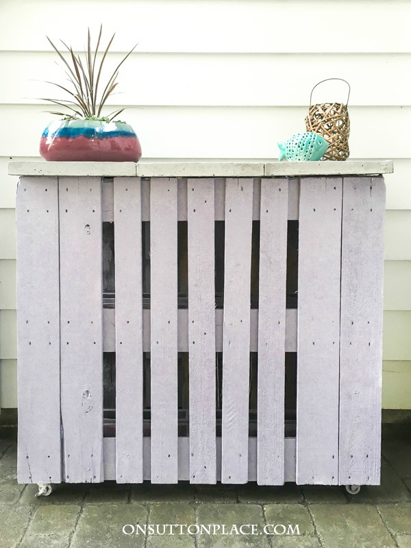 Outdoor pallet bar and 15 awesome pallet furniture ideas featured on remodelaholic.com