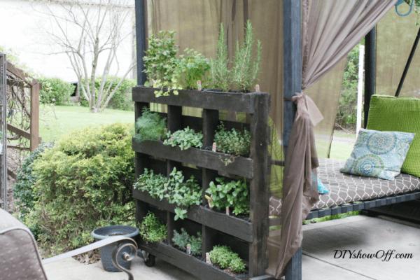 freestanding-vertical-pallet-herb-garden-diy-showoff
