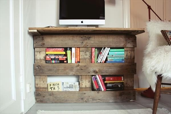 Pallet desk and 15 awesome pallet furniture ideas featured on remodelaholic.com