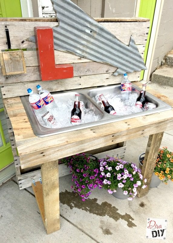Drink station and 15 awesome pallet furniture ideas featured on remodelaholic.com