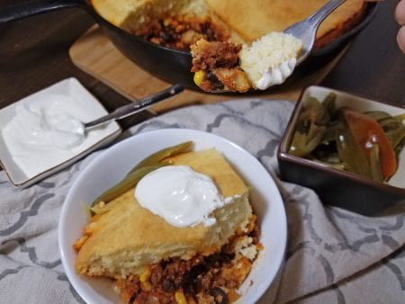 Try this the next time you make chili. A quick and yummy dinner idea, skillet chili cornbread via remodelaholic.com