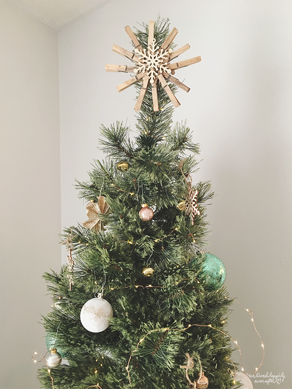 32 Clothespin Star For Rustic Christmas Tree, By We Lived Happily Ever After Featured On @Remodelaholic
