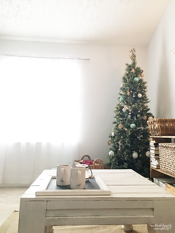 33 Rustic White Home Goes Minimalist For Christmas Decor, A Christmas Home Tour By We Lived Happily Ever After Featured On @Remodelaholic