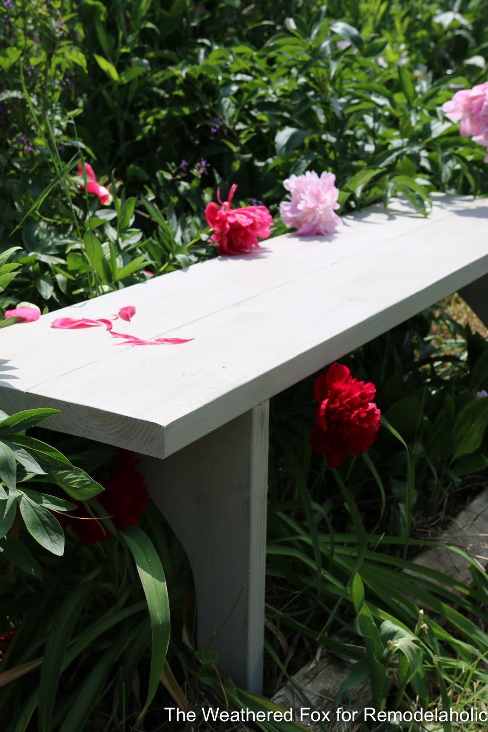 How to build an easy and inexpensive farmhouse bench from just TWO BOARDS! Full tutorial on Remodelaholic.com
