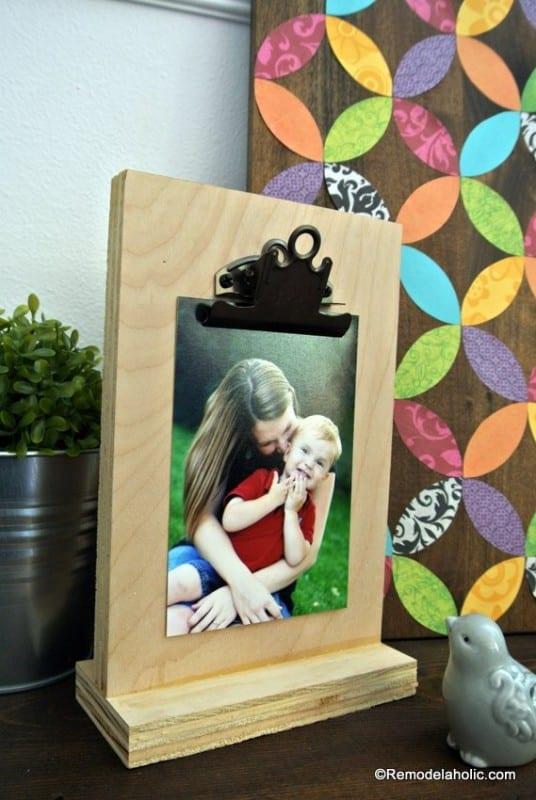 Free Printable 2018 Desk Calendar Plus Easy DIY Desktop Calendar Stand Or Photo Display @Remodelahol (7)