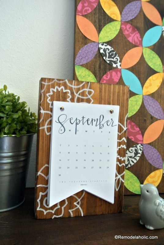 Free Printable 2018 Desk Calendar Plus Easy DIY Desktop Calendar Stand Or Photo Display @Remodelaholic (1)