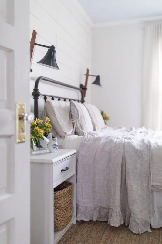 Simple Spring Farmhouse Bedroom 21 683x1024 (1)