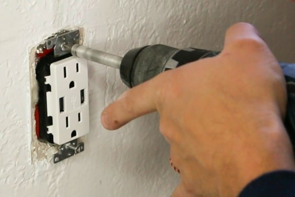 How To Install A USB Charging Outlet In 10 Minutes #remodelaholic