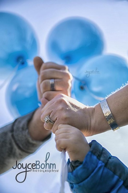 Simple Gender Reveal Photo Shoot Idea With Balloons Joyce Bohm Photography