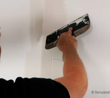 Smoothing Corner Edge To Feather Drywall Mud For Smooth Wall Texture, Remodelaholic